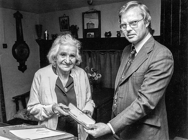 Official presentation of a watch to Laura Bacon - 1978